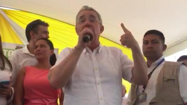 Uribe rechaza el acuerdo de paz alcanzado entre el Gobierno y las FARC. (@AlvaroUribeVel)