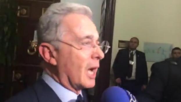 Uribe rechaza ante la prensa la presencia de soldados cubanos en las zonas de las FARC como paso previo a la desmilitarización. (Captura de vídeo)