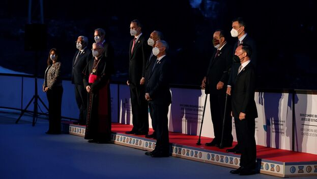 El rey Felipe VI (quinto por la izquierda) posa con los demás líderes iberoamericanos para una foto de familia, en Soldeu, Andorra, en el marco de la XXVII Cumbre Iberoamericana. (EFE/Ballesteros)