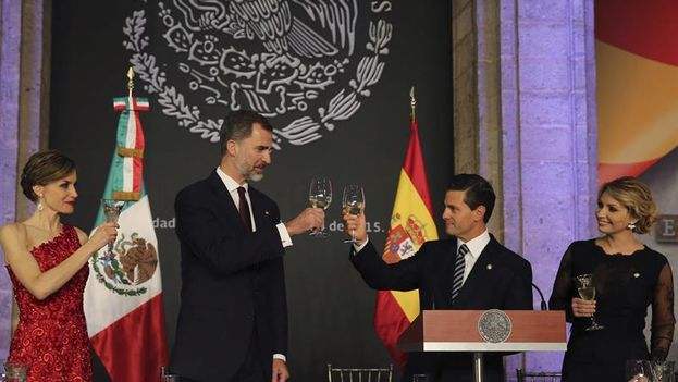 Felipe VI y Enrique Peña Nieto brindan junto a la reina Letizia y la primera dama Angélica Rivera la cena oficial ofrecida en el Palacio Nacional. (FE/Ballesteros)