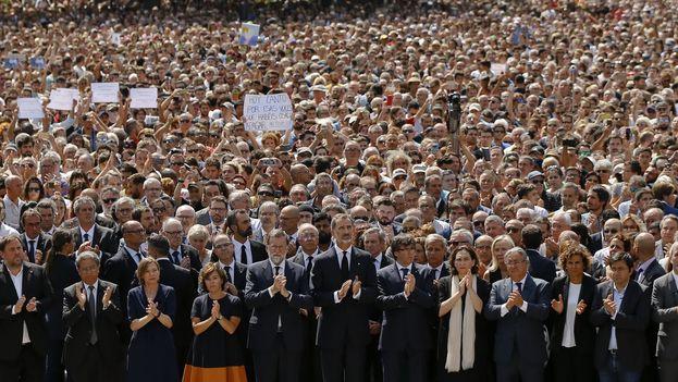 Felipe VI entre el presidente del Gobierno, Mariano Rajoy, y el de la Generalitat, Carles Puigdemont. Flanqueándolos, la vicepresidenta, Soraya Sáenz de Santamaría, y la alcaldesa de Barcelona, Ada Colau. (Moncloa)