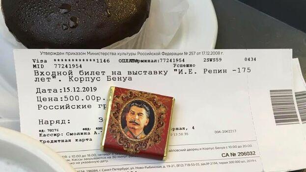 Vadim Fialko publicó en su página de Facebook una foto tomada en la cafetería del Museo Ruso, donde le ofrecieron junto al café un chocolate con la imagen del dictador soviético.
