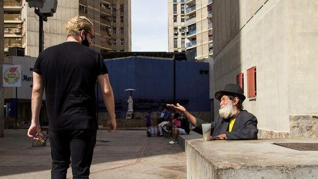 Ramón Valera, de 67 años, pide donaciones, en Maracaibo, Venezuela. (EFE/Henry Chirinos)