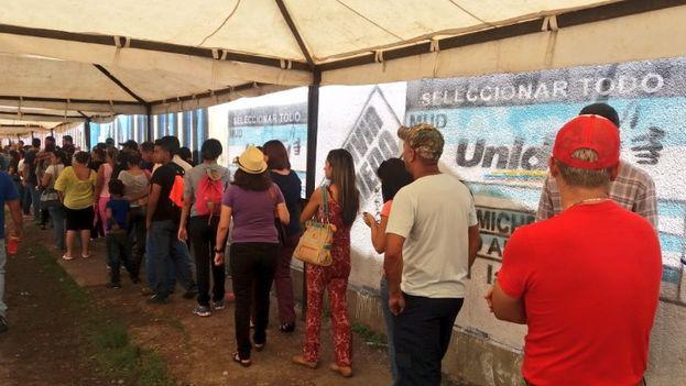 Validación de firmas para el referendo para revocar el mandato de Nicolás Maduro. (@ArmandoArmas)