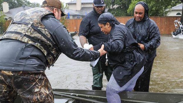 Variass personas son rescatadas de su barrio inundado por el huracán Harvey en Houston, Texas, Estados Unidos. (EFE)