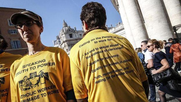 Varios manifestantes se congregaron a las afueras de la Basílica de San Pedro para pedir medidas concretas al Vaticano. (EFE/ Giuseppe Lami)