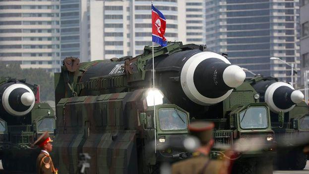 Varios vehículos militares transportan misiles durante el más reciente desfile militar de Corea del Norte en la Plaza Kim Il Sung en Pyongyang. (EFE)
