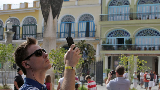 Varios turistas toman fotos en la Plaza Vieja de La Habana. (EFE)