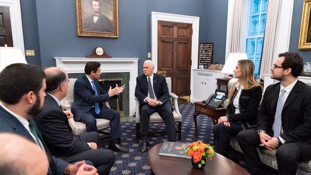 Julio Borges y Carlos Vecchio, representantes de Guaidó en Washington, se reunieron ayer con Mike Pence para abordar la llegada de ayuda humanitaria a Venezuela. (VP)