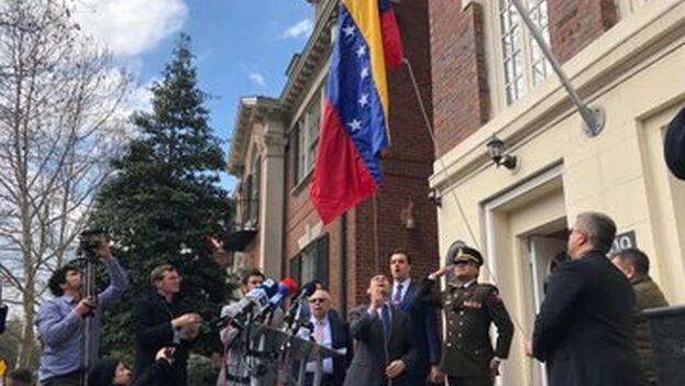 Vecchio izó la bandera de Venezuela en el edificio de la actual agregaduría militar al son del himno nacional. (carlosvecchio)