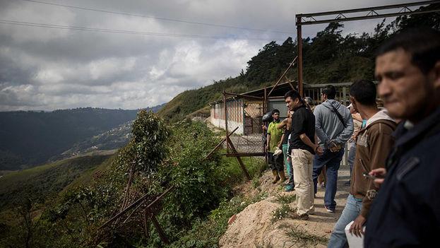 Vecinos observan el operativo militar en Venezuela contra Óscar Pérez. (EFE)