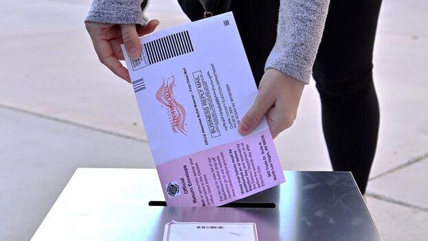 Una mujer deposita un voto por correo en Las Vegas, Nevada, el 3 de noviembre de 2020. (EFE/David Becker)