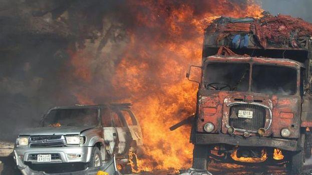 Vehículos ardiendo tras el atentado del sábado que ha dejado más de 300 muertos en Somalia. (EFE)
