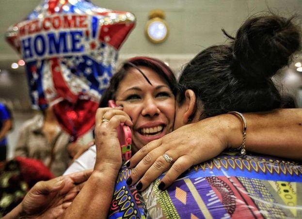 La trabajadora de la salud Veidy Díaz, de Cuba, es recibida por su familia y amigos al llegar al MIA procedente de Colombia (NH)