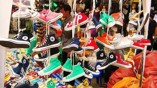 Vendedor de zapatos en el mercado Chatuchak en Tailandia. (Pintrest)