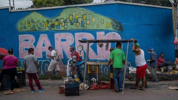 Vendedores informales en una calle de Caracas, Venezuela. (EFE/ Miguel Gutiérrez/Archivo)