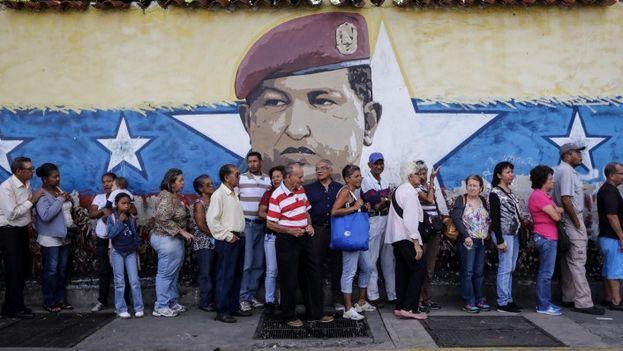 Venezolanos hacen fila para votar en la consulta contra Maduro llevada adelante por la oposición. (EFE)