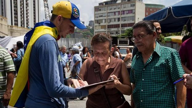 Venezolanos firman planillas para revocar al presidente Nicolás Maduro (EFE)