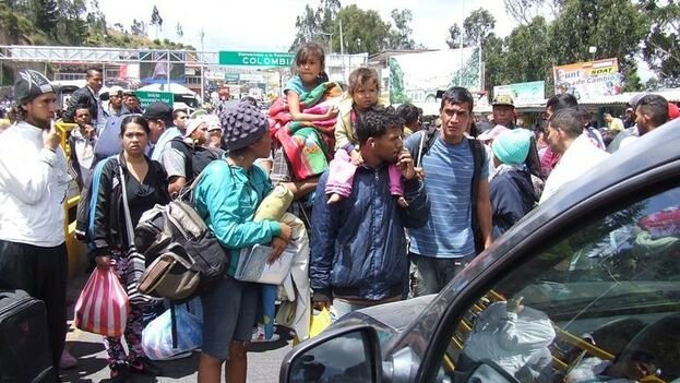 Venezolanos protestan en la frontera entre Colombia y Ecuador. (EFE)
