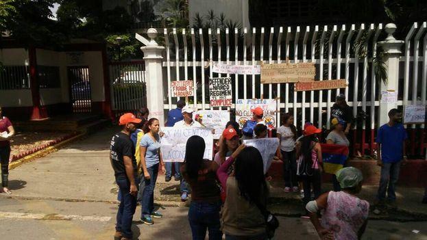 Venezolanos simpatizantes con la oposición se manifiestan delante de los centros de votación en contra de la Constituyente. (@FreddyGuevaraC)