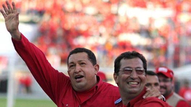 El fallecido expresidente de Venezuela, Hugo Chávez y su hermano, Adán Chávez. (Twitter)