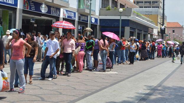 Las colas para comprar productos básicos en Venezuela. (Jenmar Rojas / Noticias24 Carabobo)
