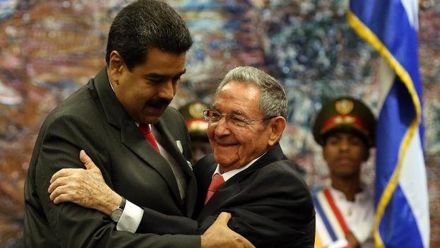 Los gobernantes de Venezuela, Nicolás Maduro, y Cuba, Raúl Castro. (AIN)