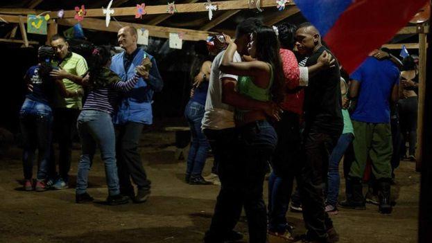 Verificadores de la misión de la ONU para la entrega de las armas durante una fiesta de fin de año con la guerrilla. (EFE)