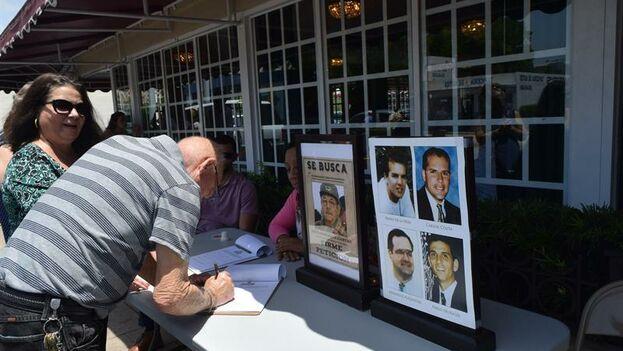 La recogida de firmas se realiza en el Versailles de Miami y en ella se pueden ver carteles de 'Se busca' con el rostro del exmandatario. (EFE)
