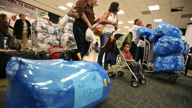 Viajeros con destino a Cuba en el aeropuerto de Miami. (EFE)