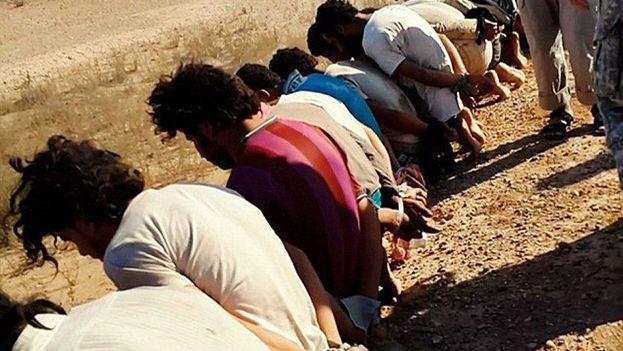 Víctimas del Estado Islámico, que se especula pertenecían al grupo sunita Al Shaitat (Twitter)