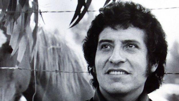 Víctor Jara fue torturado y asesinado por la dictadura militar chilena en 1973. (CC)
