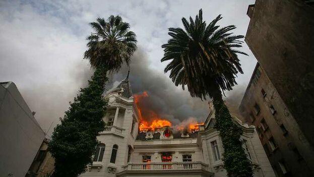 El incendio se originó en un inmueble de Vicuña Mackenna con Almirante Simpson durante una manifestación en el centro de la capital. (Bomberos)