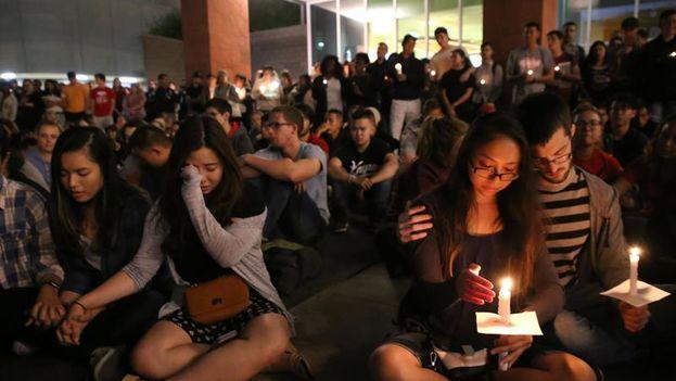 Vigila en la Universidad de Nevada Las Vegas en memoria de las víctimas del tiroteo masivo ocurrido en Las Vegas. (EFE/Eugene García)