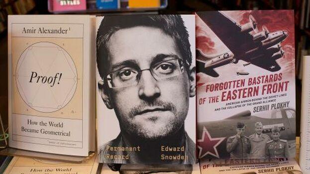 'Vigilancia permanente' es una biografía en la que Snowden no revela nada nuevo, pero denuncia la intromisión de los gobiernos en la privacidad de los ciudadanos. (EFE)