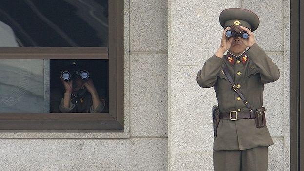 Vigilantes norcoreanos en la zona desmilitarizada al Norte del Paralelo 38. (Wikimedia Commons)