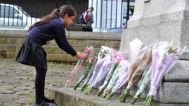Vigilia por la parlamentaria asesinada este jueves, Jo Cox, ante la iglesia de Birstall. (Twitter)