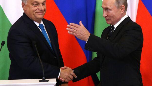 El primer ministro húngaro, Viktor Orbán, con el presidente ruso, Vladímir Putin, con quien mantiene muy buena relación. (EFE)