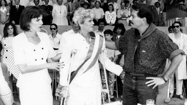 En las elecciones de febrero de 1990, Violeta Chamorro (centro) derrotó al comandante sandinista Daniel Ortega (derecha)