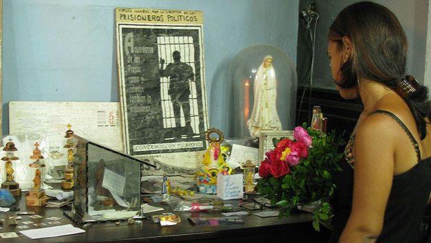 Una peregrina rinde tributo a la Virgen de la Caridad del Cobre en Santiago de Cuba. (Charles P.)
