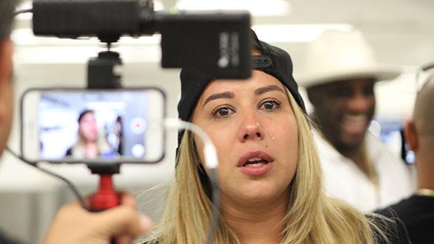 Visiblemente emocionada, la Señorita Dayana brindó declaraciones a la prensa en el Aeropuerto Internacional de Miami. (14ymedio)