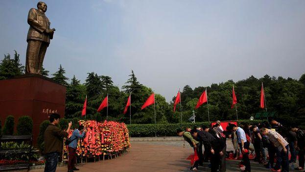 Visitantes chinos realizan una reverencia ante la estatua del exlíder chino Mao Zedong en Shaoshan. (EFE/How Hwee Young)
