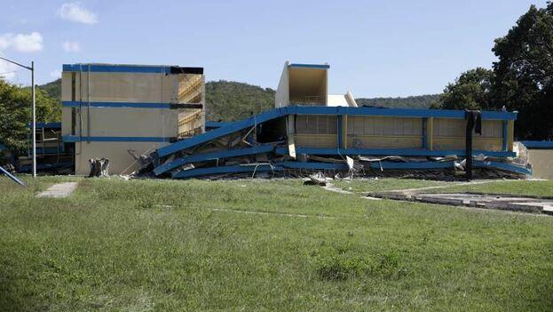 Vista de este jueves de una escuela pública derrumbada por el terremoto en el municipio de Guanica, Puerto Rico.(EFE/ Thais Llorca)
