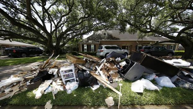Vista de escombros a las afueras de una casa, tras las inundaciones en Houston, Texas (EE UU). (EFE)