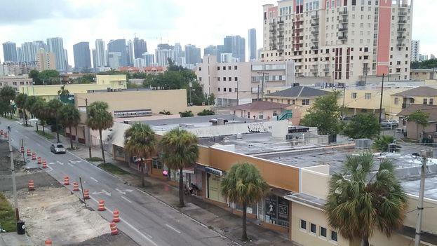 Vista de la Pequeña Habana desde la calle Flagler. En el horizonte, el centro financiero y comercial de Miami que amenaza con hacer desaparecer esta parte emblemática de los cubanos emigrados. (Foto del autor)