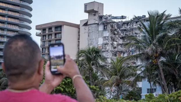 Vista del edificio de 12 pisos derrumbado parcialmente el jueves en el municipio de Surfside, al norte de Miami Beach, Florida. (EFE/Giorgio Viera)