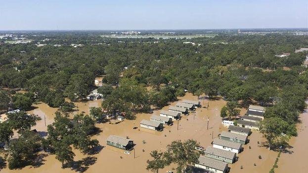 Vista aérea tomada desde un helicóptero que muestra el estado en el que ha quedado el área de Wharton, en Texas, Estados Unidos. (EFE)