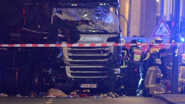 Vista del camión que colisionó contra un mercado navideño provocando 12 muertos hasta el momento. (EFE)