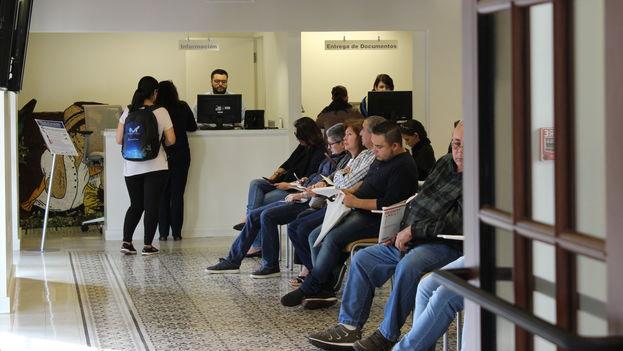 Vista de la sala de espera del consulado de Colombia en Miami. (14ymedio)