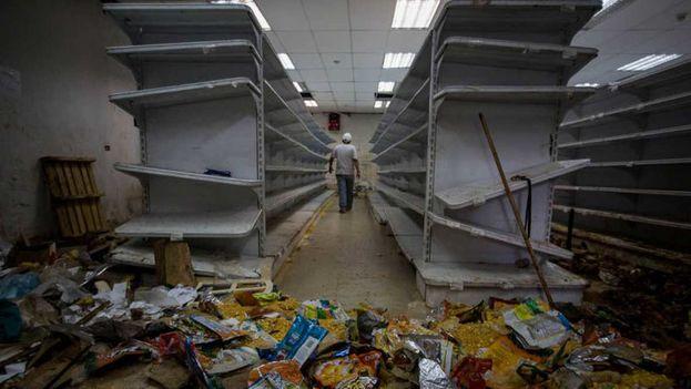 Vista general de una tienda de abasto saqueada en Caracas. (EFE)